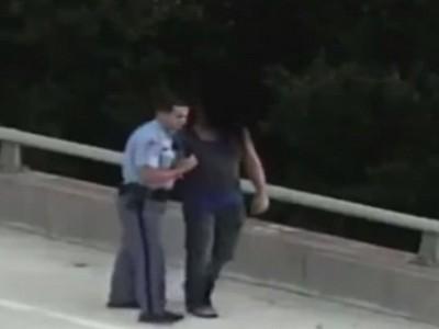 Неимоверно трогательно: полицейский обнял самоубийцу после спасения (видео)