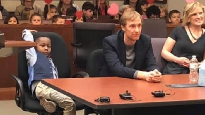 Пятилетний мальчик в США пригласил своих друзей из садика на судебное заседание по его усыновлению