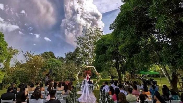 Пара поженилась рядом с извергающимся вулканом