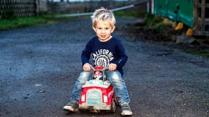 Ребенок на игрушечной машине выехал на трассу, чтобы спасти отца