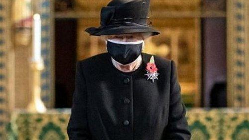 Елизавета II впервые появилась на публике в защитной маске