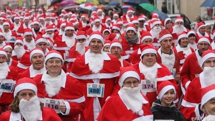 В Германии Санта-Клаусы провели праздничный забег (видео)