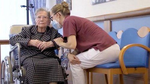Пережившая несколько пандемий итальянка в 108 лет привилась от ковида. Она ...