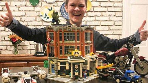 Школьник стал рекордсменом, собрав Лего из тысяч деталей (видео)
