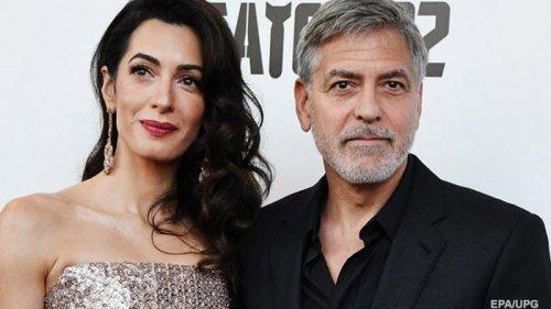 Освоил парикмахерское мастерство: Клуни рассказал о жизни на карантине