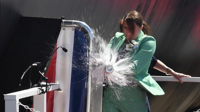 На крещении подлодки в США бутылку шампанского разбили с третьего раза (видео)