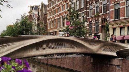 В Амстердаме открыли первый в мире стальной мост, напечатанный на 3D-принте...