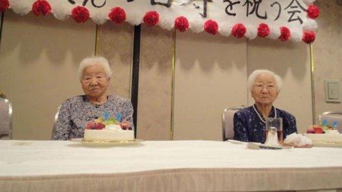 Сестры из Японии признаны старейшими близнецами (фото)