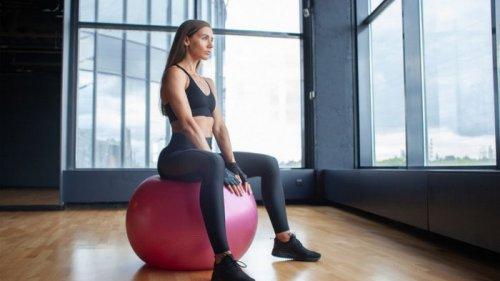 Убираем живот с фитболом: 3 упражнения для красивого пресса (видео)