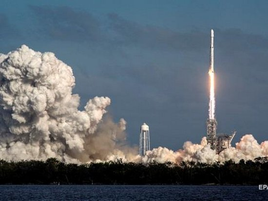 Компания SpaceX запустила ракету-носитель Falcon Heavy (видео)