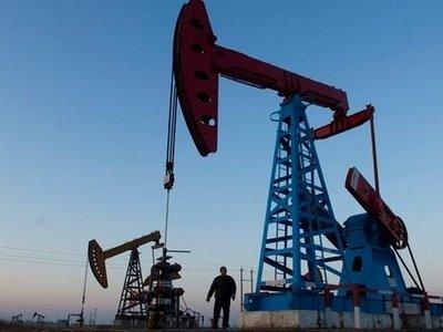 Нефть снова дешевеет из-за роста запасов