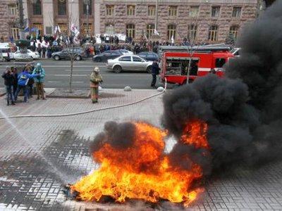 Под Киевской мэрией таксисты жгут шины (фото)