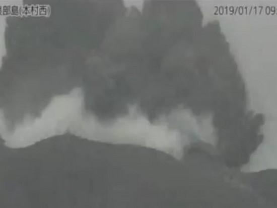 В Японии извергся вулкан