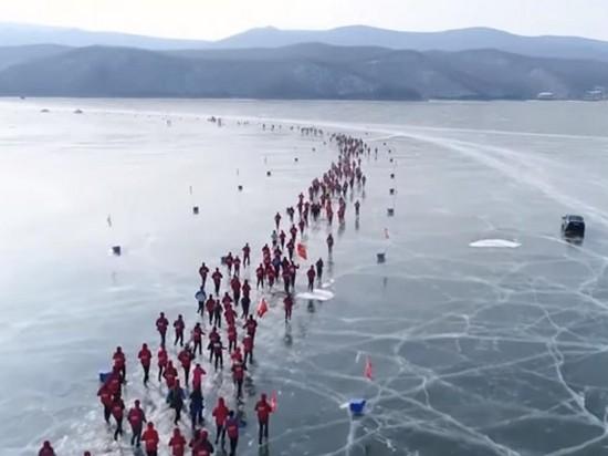 В Китае прошел забег по льду замерзшего озера (видео)