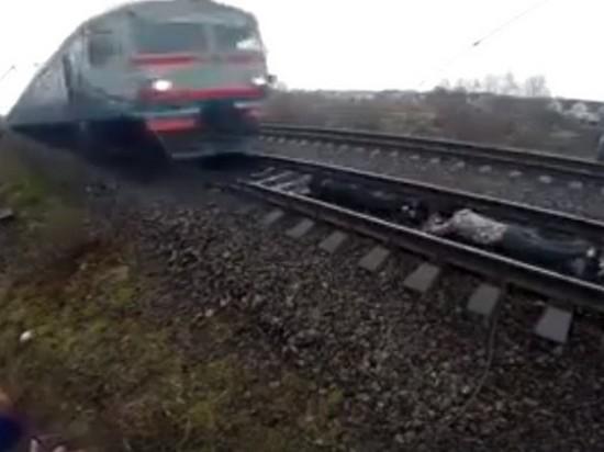 В Ровно подростки ради развлечения легли под движущийся поезд