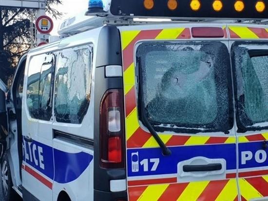 «Желтые жилеты» напали на полицейский автомобиль в Лионе
