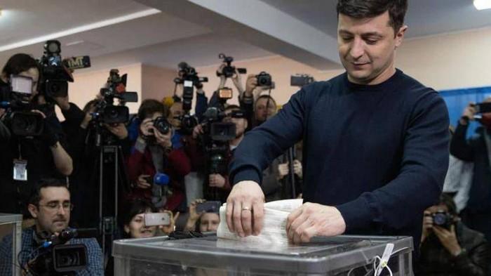 Зеленский заявил, что не будет ни с кем объединяться