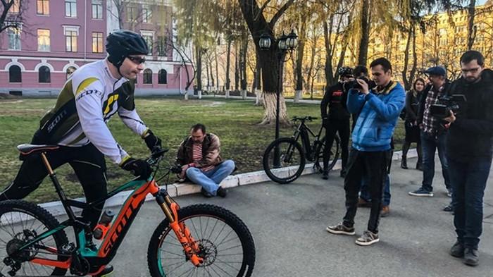 Кличко приехал голосовать на велосипеде (фото)