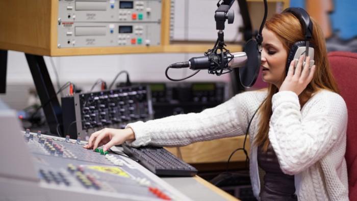 Ведущих радиостанции ограбили в прямом эфире: видео