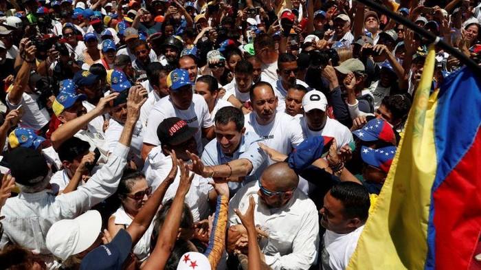 В Венесуэле десятки тысяч людей вышли на протест против режима Мадуро