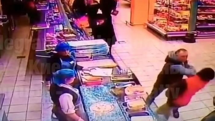 В супермаркете Киева покупателя убили одним ударом (видео)