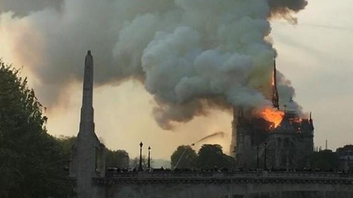 В соборе Парижской Богоматери произошел сильный пожар (видео)