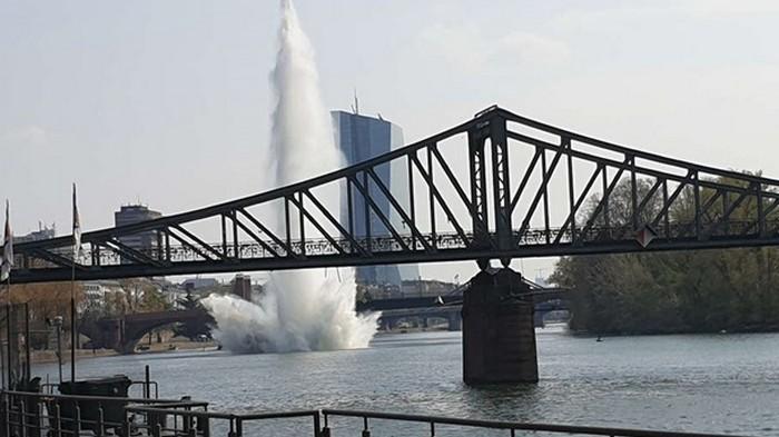 В Германии в реке взорвали 250-килограммовую бомбу (видео)