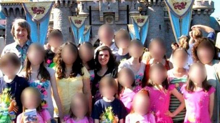 В США семейную пару, державшую в заточении 13 детей, приговорили к пожизненному заключению