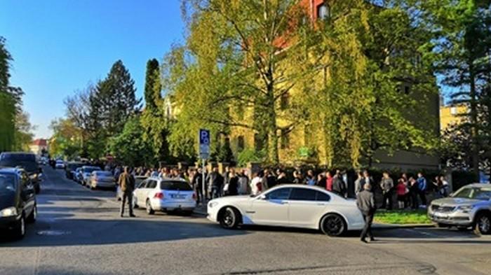В Праге украинцы выстроились в очередь до открытия избирательного участка