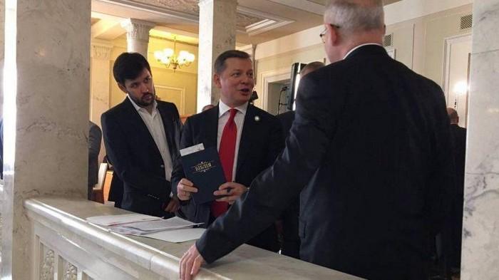 В кулуарах Рады депутатам раздают Библию