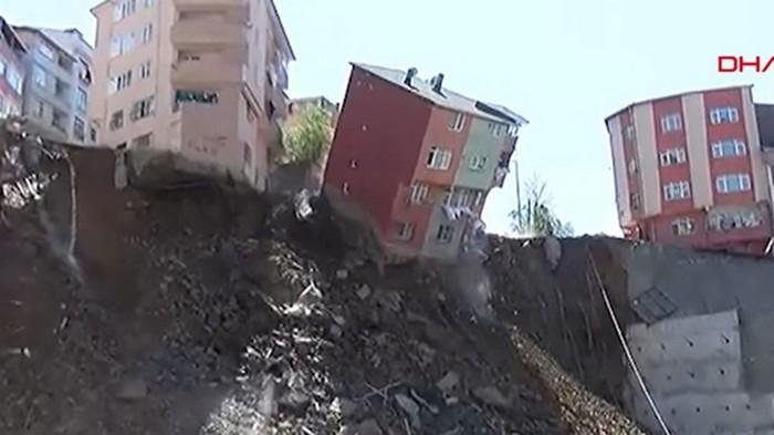 В Стамбуле из-за оползня рухнул четырехэтажный дом (видео)