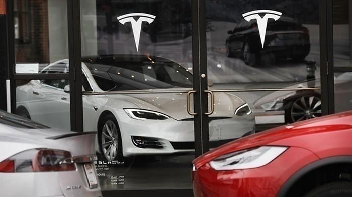 Tesla показала тест-драйв обновленного автопилота (видео)