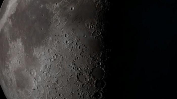Ученые раскрыли данные о метеорите, врезавшемся в Луну (видео)