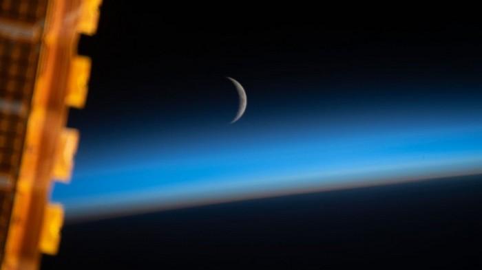 Астронавты сняли молодой месяц в голубой дымке