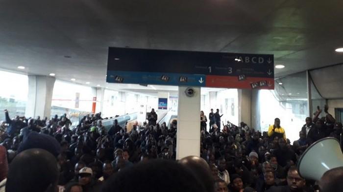 Толпа мигрантов парализовала крупнейший аэропорт Франции