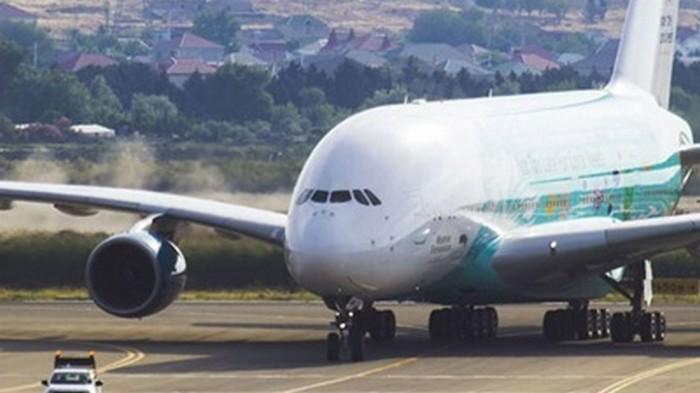Делегация УЕФА прилетела в Баку на самом большом самолете в мире