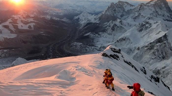 Десять человек погибли из-за очереди у вершины Эвереста