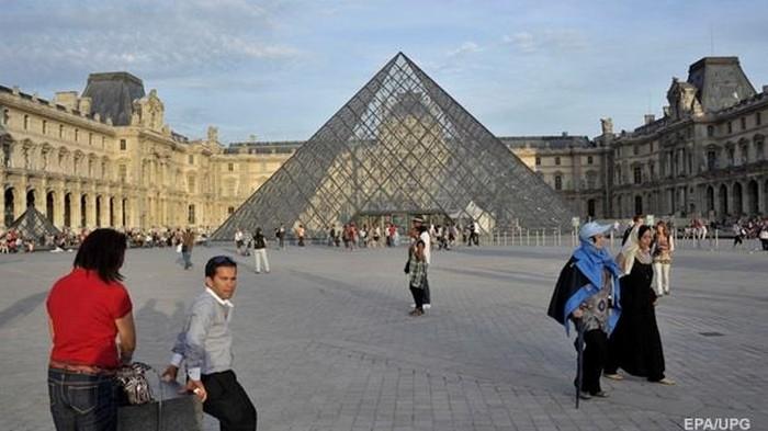 В Лувре из-за наплыва посетителей бастуют работники