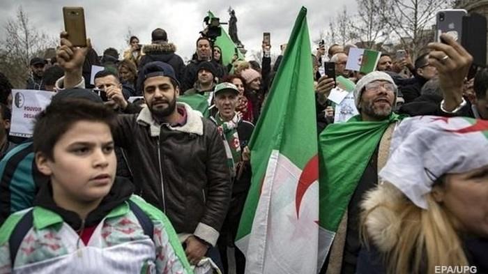 В Алжире перенесли выборы президента из-за отсутствия кандидатов