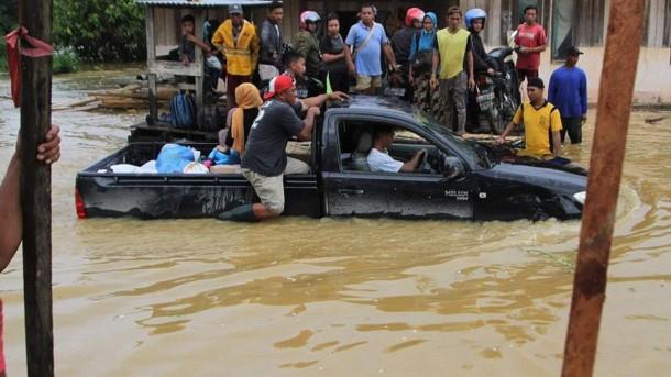 Сильнейшее наводнение в Индонезии: десятки тысяч людей покинули свои дома