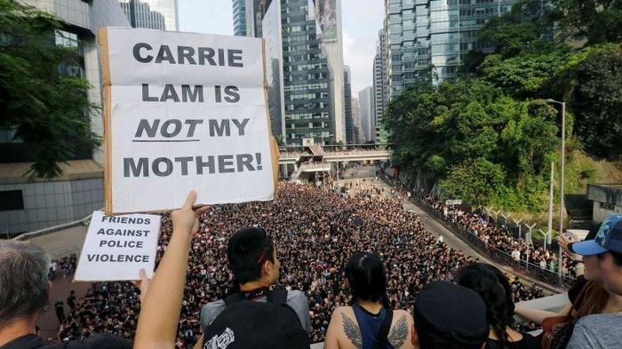 Глава администрации Гонконга извинилась перед народом