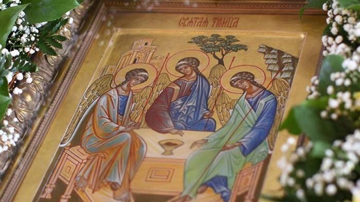 Православные христиане отмечают День Святой Троицы