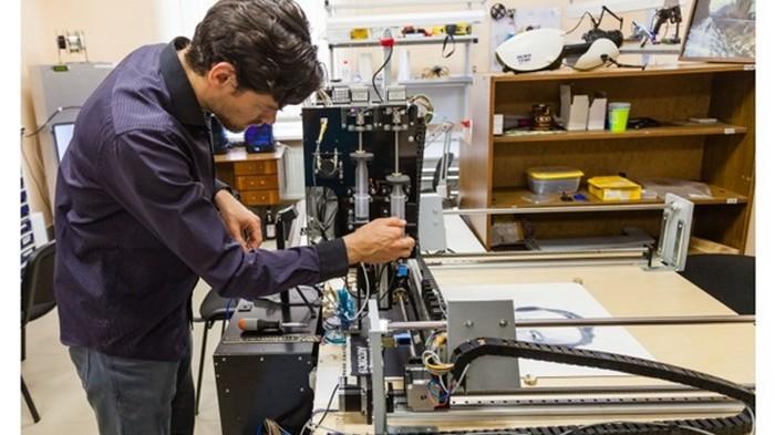 Ученые показали робота-художника и его работу