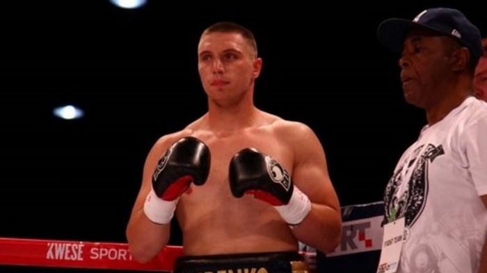 Украинец Сиренко досрочно победил известного российского боксера