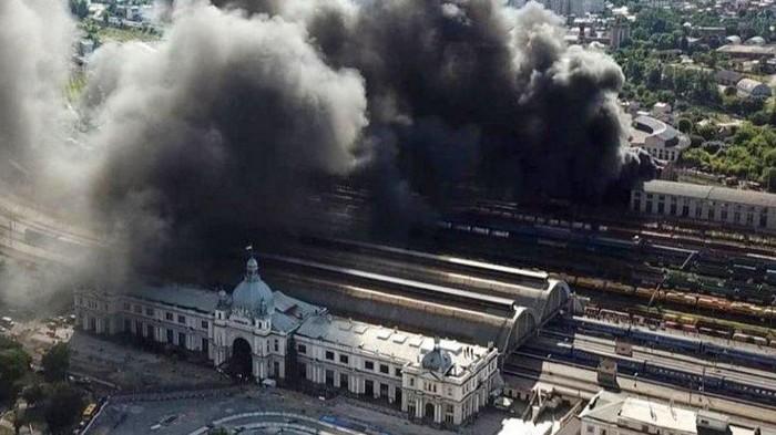 В депо возле железнодорожного вокзала Львова произошел масштабный пожар