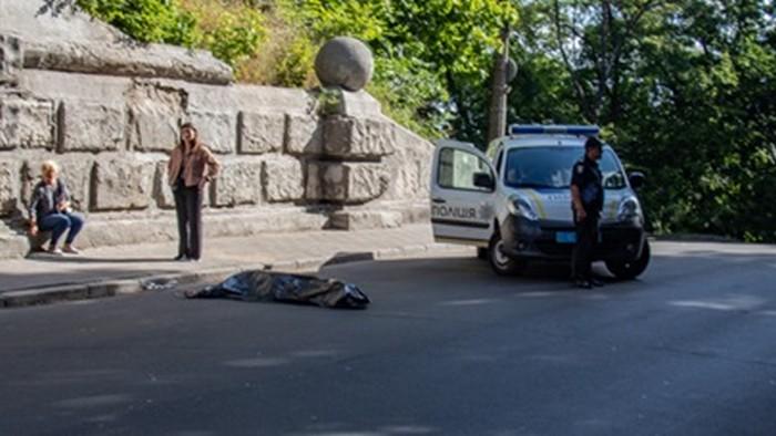 В центре Киева самоубийца прыгнул с Моста влюбленных (фото)