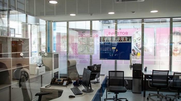 В метро Киева открыли стеклянный офис полиции