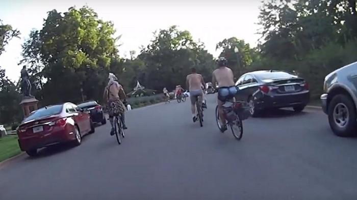 В США голых велосипедистов обстреляли краской (видео)