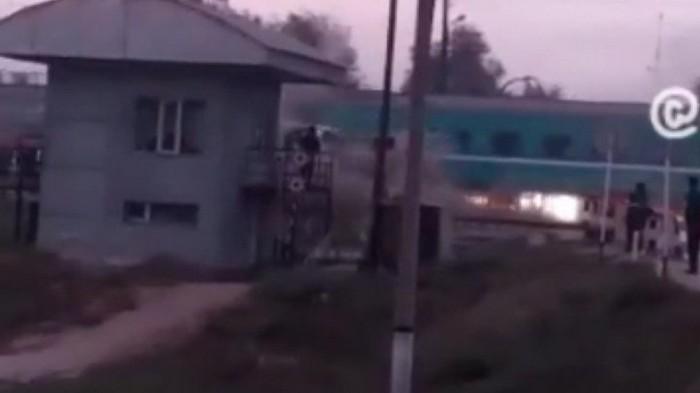 В Казахстане поезд протаранил автобус (видео)