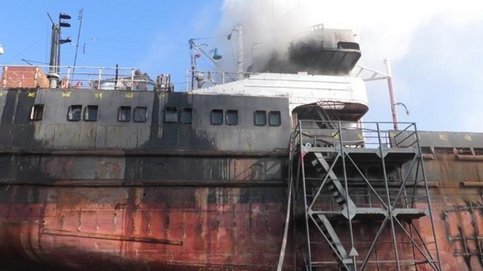 В Херсоне на заводе горело судно